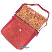 červená crossbody kabelka z přírodního korku