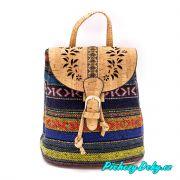Trendy batůžek jako kabelka 2 v 1 z korku s barevným vzorem