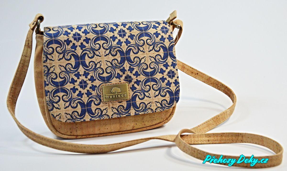 modrá korková kabelka přes rameno
